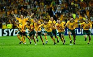 Les joueurs exultent : l'Australie se qualifie pour la Coupe du Monde 2006 pour la première fois depuis... 1974